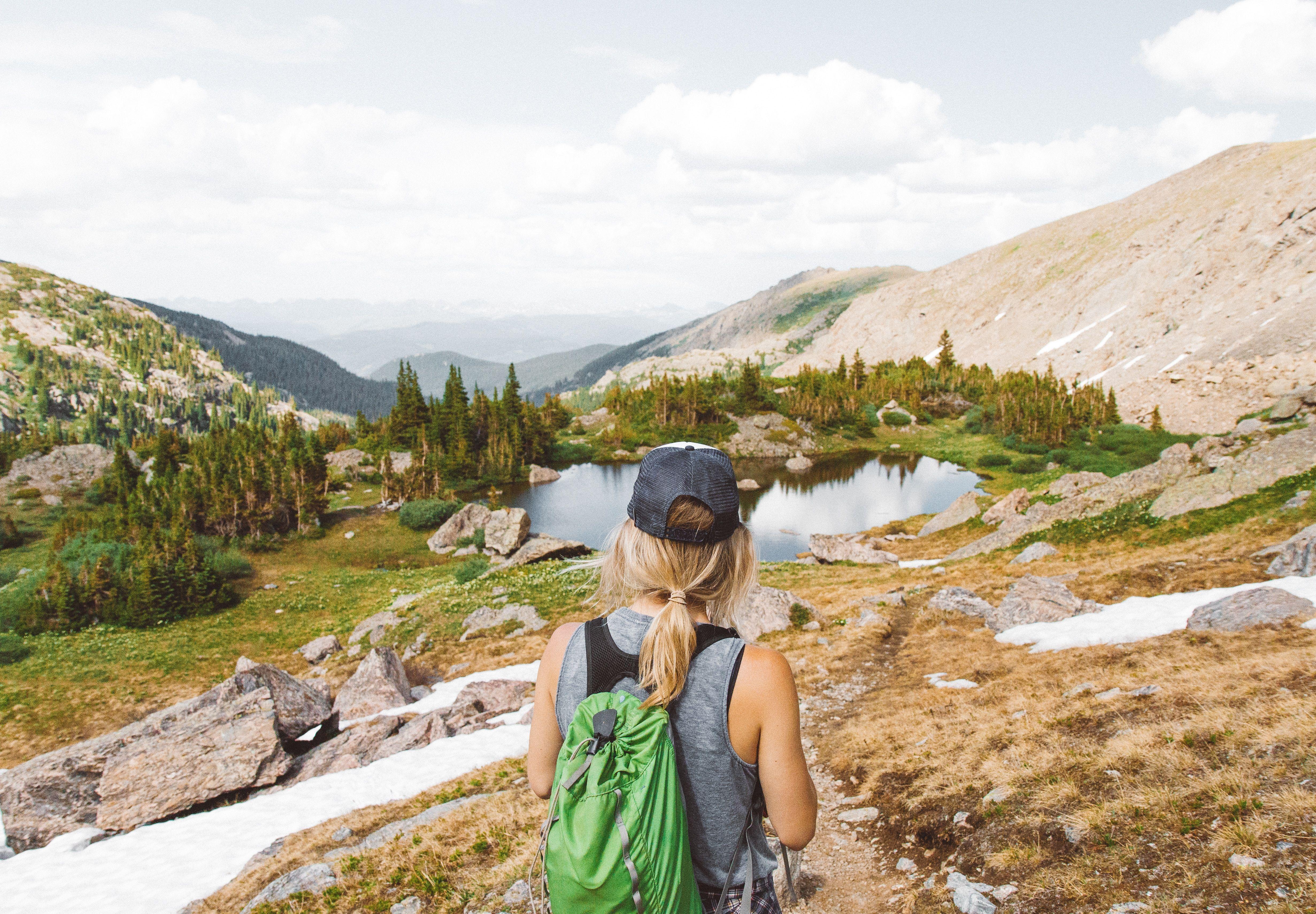 5 razlogov, da se včasih sami odpravite v naravo
